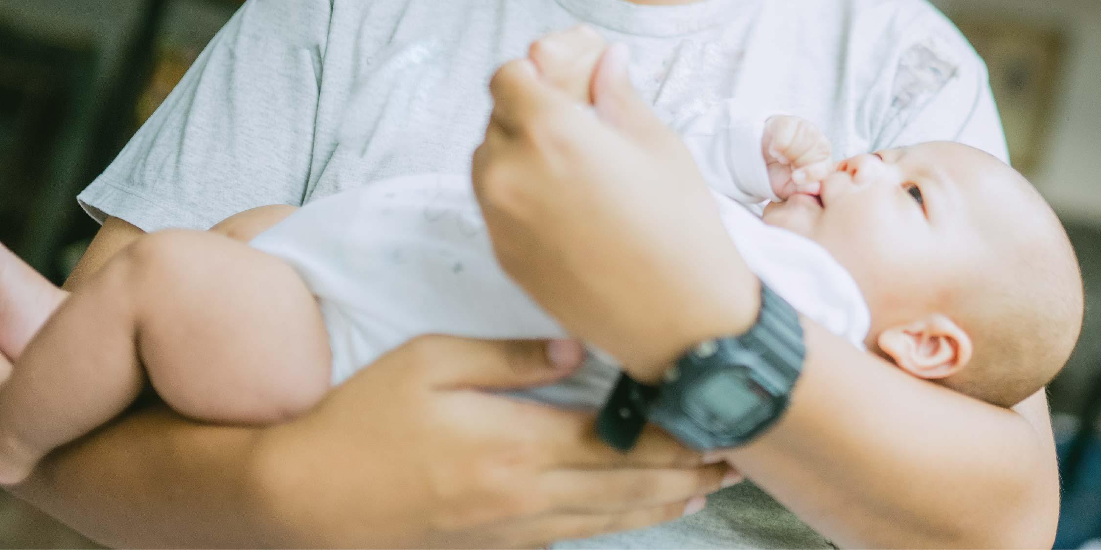 Cara Menggendong Bayi Baru Lahir, Perhatikan Bagian Leher ...